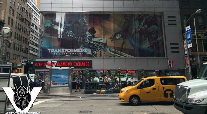 Первый взгляд на постер фильма «Трансформеры: Последний рыцарь» на билборде в Нью-Йорке